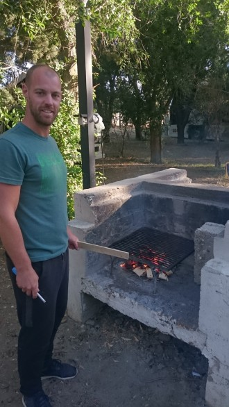 Mann beim Feuer machen