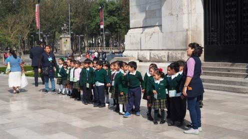 Schüler vorm Museo de Bellas Artes
