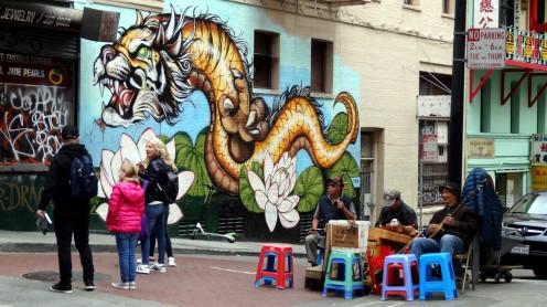 Drei Chinesen mit dem Kontrabass in Chinatown SF